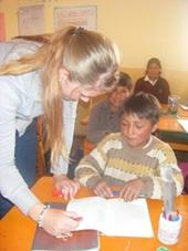 Franziska hilft einem Schüler in Peru